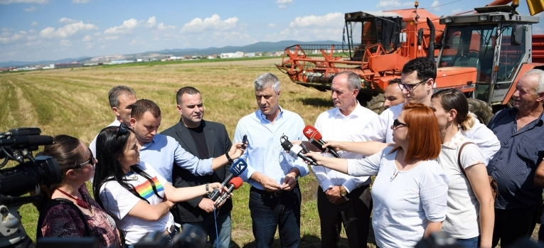 Presidenti  Thaçi dhe zëvendësministri Krasniqi përcollën fushatën e korrje-shirjeve