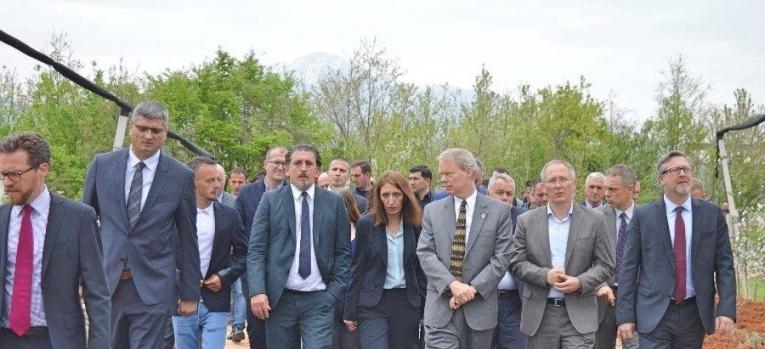 Ministri Rikalo dhe Ambasadori amerikan Delawie vizituan fermerët e Junikut